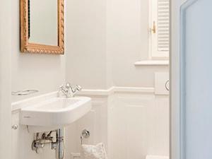 90m, Ochota, Wwa - Mała biała łazienka na poddaszu w bloku w domu jednorodzinnym z oknem, styl glamour - zdjęcie od DZIURDZIAprojekt