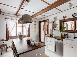 Duża zamknięta biała kuchnia jednorzędowa z wyspą, styl kolonialny - zdjęcie od DZIURDZIAprojekt