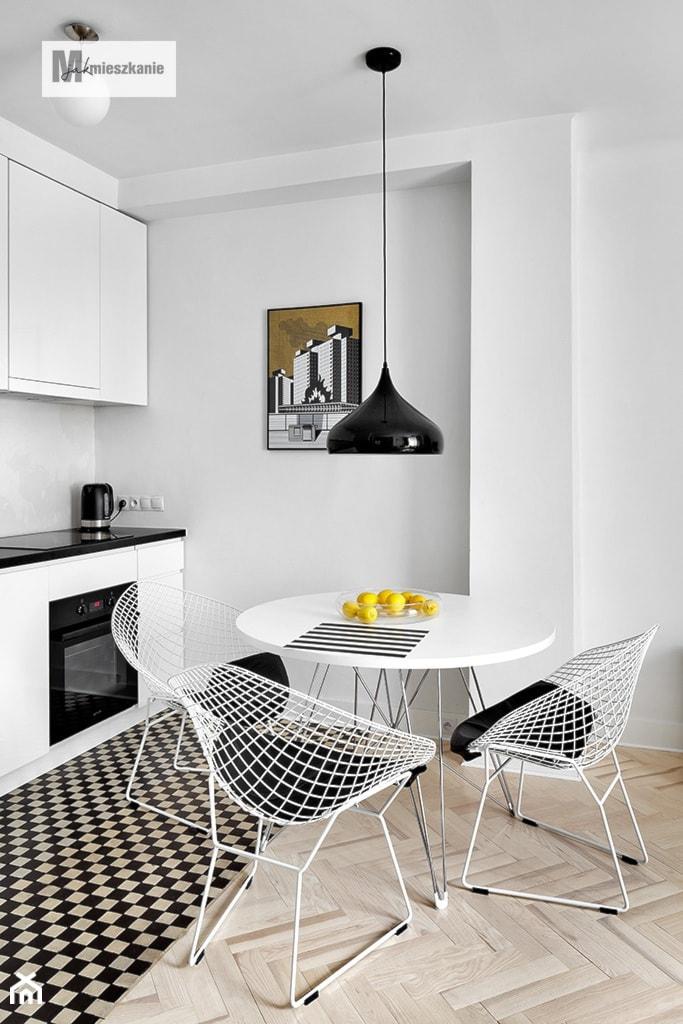 38 m, Plac Zbawiciela, Wwa - Mała otwarta biała jadalnia w kuchni, styl industrialny - zdjęcie od DZIURDZIAprojekt