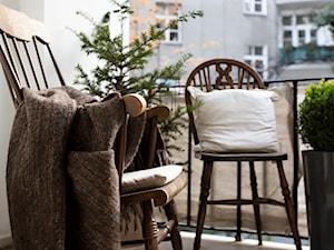 90m, Ochota, Wwa - Mały taras z przodu domu z tyłu domu, styl vintage - zdjęcie od DZIURDZIAprojekt