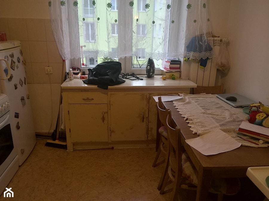 78, Wola - Mała zamknięta biała beżowa kuchnia dwurzędowa z oknem - zdjęcie od DZIURDZIAprojekt