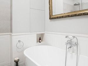 90m, Ochota, Wwa - Mała biała szara łazienka na poddaszu w bloku w domu jednorodzinnym bez okna, styl glamour - zdjęcie od DZIURDZIAprojekt