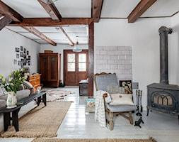 89M, dom letniskowy k.Warszawy - Mały biały salon, styl kolonialny - zdjęcie od DZIURDZIAprojekt
