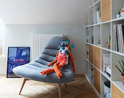 78, Praga północ - Małe szare biuro domowe kącik do pracy w pokoju, styl vintage - zdjęcie od DZIURDZIAprojekt