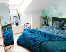 78, Praga północ - Średnia biała sypialnia małżeńska na poddaszu, styl vintage - zdjęcie od DZIURDZIAprojekt