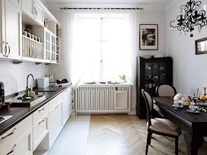 90m, Ochota, Wwa - Średnia zamknięta biała kuchnia jednorzędowa z oknem, styl prowansalski - zdjęcie od DZIURDZIAprojekt