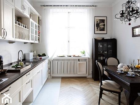 Aranżacje wnętrz - Kuchnia: 90m, Ochota, Wwa - Średnia zamknięta biała kuchnia jednorzędowa z oknem, styl prowansalski - DZIURDZIAprojekt. Przeglądaj, dodawaj i zapisuj najlepsze zdjęcia, pomysły i inspiracje designerskie. W bazie mamy już prawie milion fotografii!