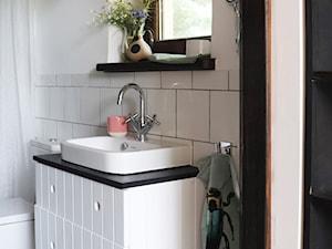 Kurnik po renowacji, k.Mińska Mazowieckiego - Mała biała łazienka na poddaszu w bloku w domu jednorodzinnym z oknem, styl rustykalny - zdjęcie od DZIURDZIAprojekt