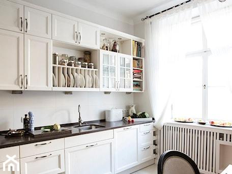 Aranżacje wnętrz - Kuchnia: 90m, Ochota, Wwa - Mała beżowa kuchnia jednorzędowa w aneksie z oknem, styl prowansalski - DZIURDZIAprojekt. Przeglądaj, dodawaj i zapisuj najlepsze zdjęcia, pomysły i inspiracje designerskie. W bazie mamy już prawie milion fotografii!