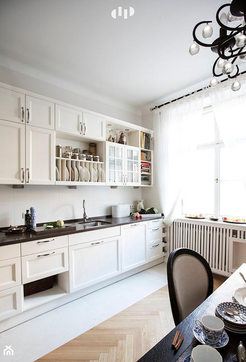 90m, Ochota, Wwa - Mała beżowa kuchnia jednorzędowa w aneksie z oknem, styl prowansalski - zdjęcie od DZIURDZIAprojekt