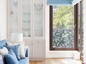 Powiśle, 76 m - Mały biały salon z tarasem / balkonem, styl prowansalski - zdjęcie od DZIURDZIAprojekt
