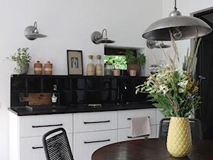 Kurnik po renowacji, k.Mińska Mazowieckiego - Mała otwarta biała kuchnia jednorzędowa, styl rustykalny - zdjęcie od DZIURDZIAprojekt