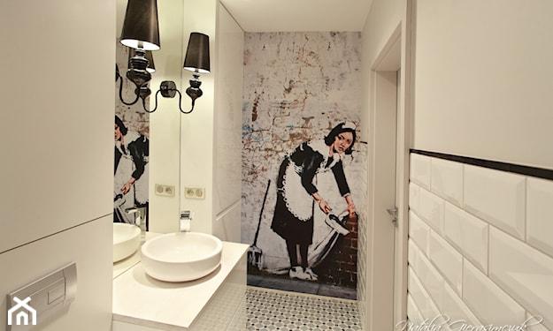 łazienka z fototapetą Banksy