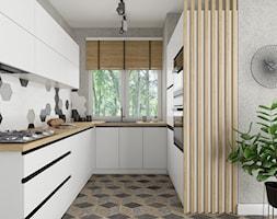 Nowoczesna biała kuchnia z drewnopodobnymi lamelami - zdjęcie od Fabryka Mebli Layman - Homebook