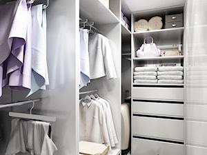 28 m2 - Mała zamknięta garderoba przy sypialni, styl nowoczesny - zdjęcie od m o d e s i magdalena wasiak