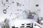 naklejki ścienne z błękitnymi literami, łóżko z palet, naklejki ścienne ze zwierzętami