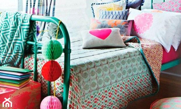 zielone łóżko z metalu, cotton balls, kolorowe poduszki