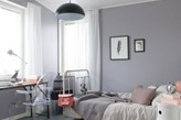 szare ściany, metalowa rama łóżka, czarna lampa wisząca w pokoju dziecka
