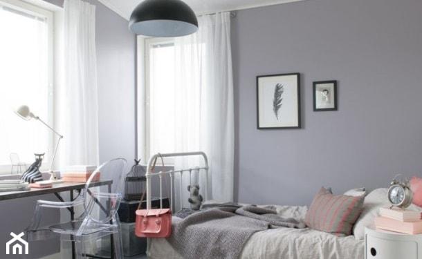 szare ściany, biała pościel, metalowa rama łóżka, białe firany, różowa poduszka, szary koc