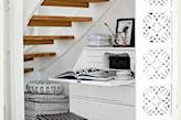 białe ściany, biała toaletka, czarny taboret, drewniane schody