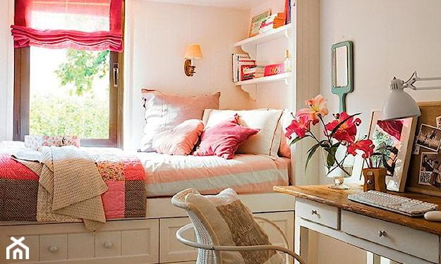 łóżko z wbudowanymi szufladami, różowa roleta, białe krzesło, drewniane biurko