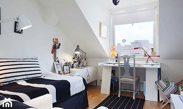 pokój na poddaszu, białe biurko, pościel w pasy, poduszka w pasy, dywanik w pasy