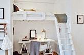 białe łóżko na antresoli, biurko pod antresolą, szary koc