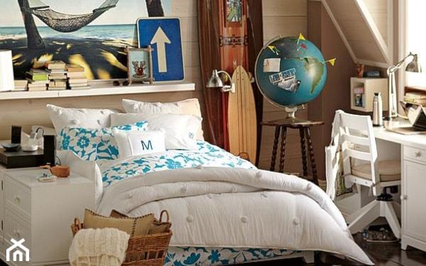 globus, biało-niebieska pościel, pleciony kosz, biały dywan, białe biurko