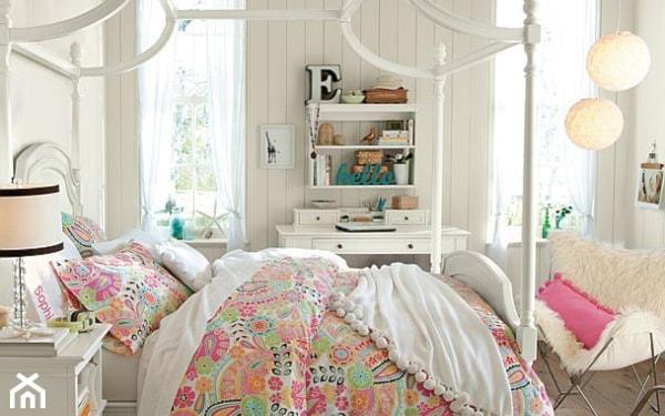 łóżko z baldachimem, biała sofa, różowa poduszka, różnokolorowa pościel, białe panele na ścianach