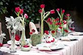 lniany obrus, białe talerze, przyjęcie w ogrodzie, świeże tulipany