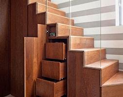 pomysłowe schody - Średnie wąskie schody jednobiegowe drewniane, styl tradycyjny - zdjęcie od Urszula77