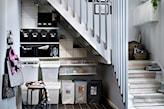 drewniane schody, czarne kafelki, metalowy taboret