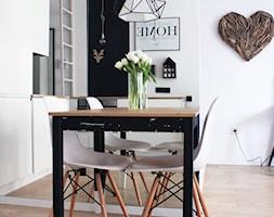 Kawalerka w stylu skandynawskim - Kraków - Mała biała jadalnia w kuchni, styl skandynawski - zdjęcie od STABRAWA.PL - pozytywny design