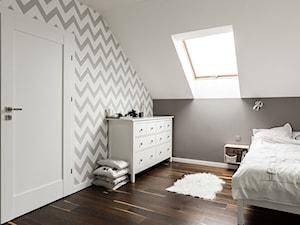 Dom pod Krakowem - nowa stylizacja - Średnia beżowa biała szara sypialnia małżeńska na poddaszu, styl skandynawski - zdjęcie od STABRAWA.PL architektura wnętrz