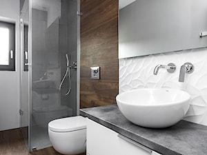 Dom w Bochni - Średnia biała brązowa łazienka w domu jednorodzinnym z oknem, styl nowoczesny - zdjęcie od STABRAWA.PL - pozytywny design