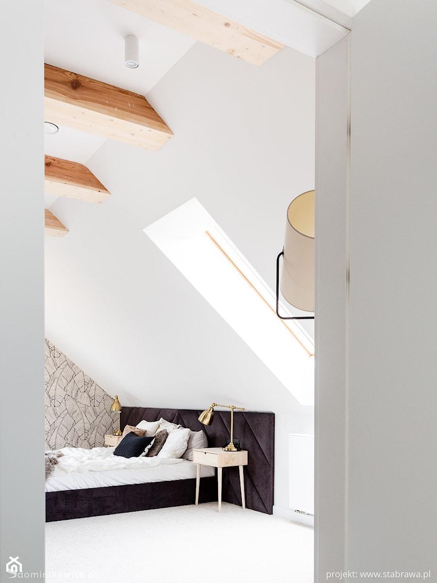 Dom pod Krakowem - Średnia biała szara sypialnia małżeńska na poddaszu, styl skandynawski - zdjęcie od STABRAWA.PL - pozytywny design
