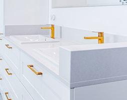 Łazienka w stylu glamour - złote dodatki - zdjęcie od Gotowe Mieszkanie - Homebook