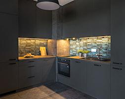 Stylowa ciemna kuchnia - zdjęcie od Gotowe Mieszkanie - Homebook