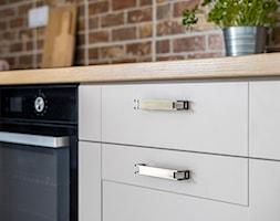 Tradycyjna kuchnia - ciepły kolor mebli i drewnopodobne blaty - zdjęcie od Gotowe Mieszkanie - Homebook