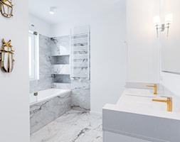 Elegancka łazienka - biel i złoto - zdjęcie od Gotowe Mieszkanie - Homebook