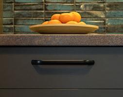 Nowoczesna kuchnia w ciemnych barwach - styl nowoczesny - Kuchnia, styl nowoczesny - zdjęcie od Gotowe Mieszkanie - Homebook