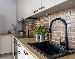 Przytulna kuchnia - blaty robocze - zdjęcie od Gotowe Mieszkanie - Homebook
