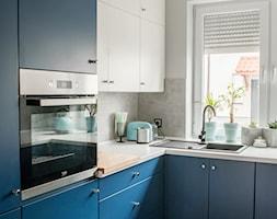 SZARO-GRANATOWE WNĘTRZE DLA MŁODEJ PARY - Mała zamknięta biała szara kuchnia w kształcie litery l z oknem, styl industrialny - zdjęcie od INDIVISIO Studio Architektury Wnętrz