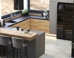 Aneks kuchenny w kolorze jasnego drewna i czerni z półwyspem, lamelami i hokerami - zdjęcie od VISIT HOME - Homebook