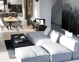 Nowoczesny, jasny salon z aneksem kuchennym, beton architektoniczny na suficie, lamele i oryginalna ... - zdjęcie od VISIT HOME - Homebook