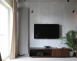 mieszaknie w barwach gorzkiej czekolady - Szary biały salon z kuchnią, styl nowoczesny - zdjęcie od TK Architekci