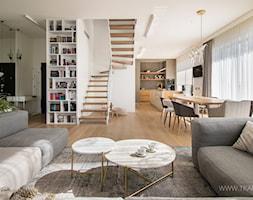 salon w bieli, beżu i szarości - zdjęcie od TK Architekci - Homebook