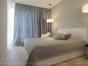 projekt wnętrz warszawa żoliborz - Średnia szara sypialnia małżeńska, styl minimalistyczny - zdjęcie od TK Architekci