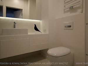 projekt wnętrz warszawa żoliborz - Średnia biała łazienka bez okna, styl minimalistyczny - zdjęcie od TK Architekci