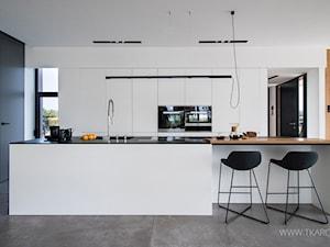 biała kuchnia z wyspą - zdjęcie od TK Architekci